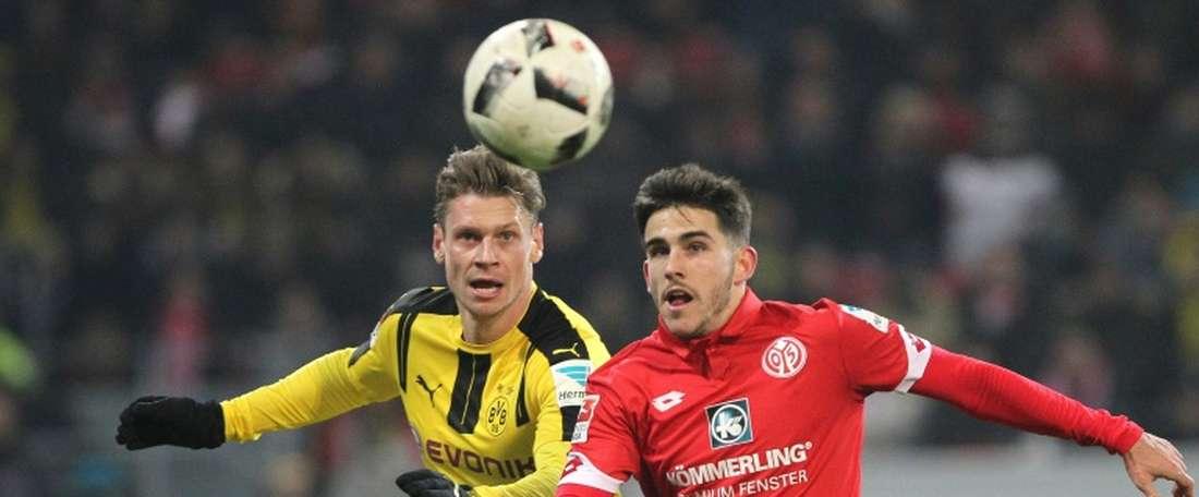 Le défenseur de Dortmund Lukasz Piszczek aux prises avec le milieu espagnol de Jairo Samperio. AFP