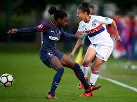 La défenseure de Lyon Selma Bacha (d) face à la milieue de terrain du PSG Aminata Diallo. AFP