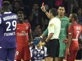 Larbitre Franck Schneider montre le carton rouge à Serge Aurier, le 23 septembre 2016 lors du match à Toulouse