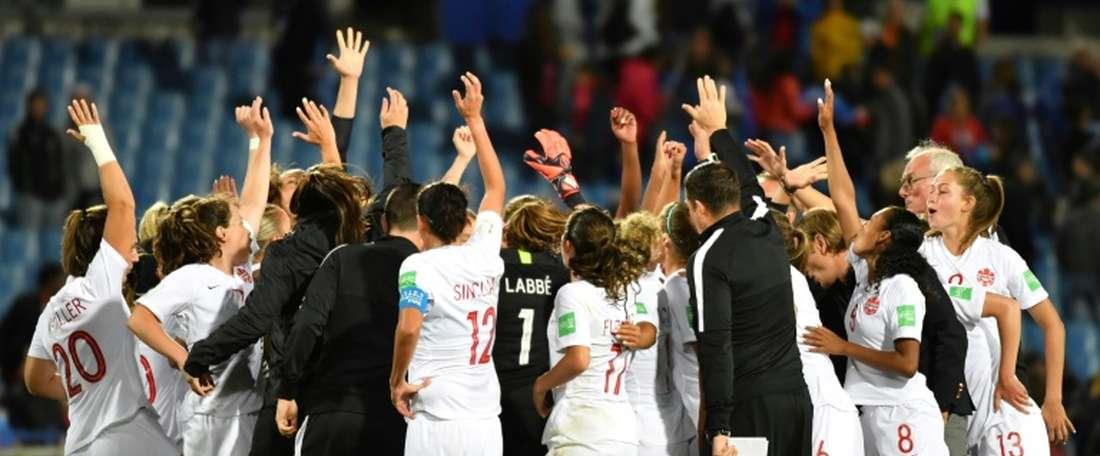 Les Canadiennes fêtent leur victoire 1-0 sur les Camerounaises. AFP