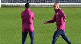 Guardiola habla con Arteta en un entrenamiento. AFP