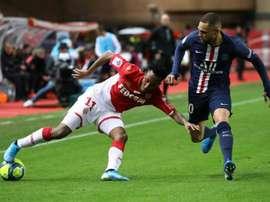 O lateral Kurzawa faz parte dos planos do técnico Tuchel, mas também do Arsenal. AFP