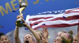 Megan Rapinoe soulève le trophée après la victoire des Etats-Unis. AFP