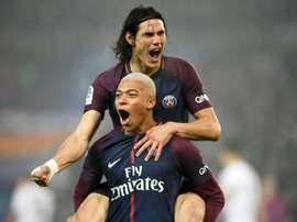 Duas das maiores figuras da partida: Cavani e Mbappé. AFP