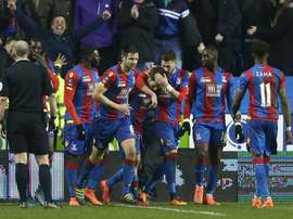 Les joueurs de Crystal Palace congratulent Yohan Cabaye (c), buteur sur la pelouse de Reading en quart de finale de la Coupe dAngleterre, le 11 mars 2016