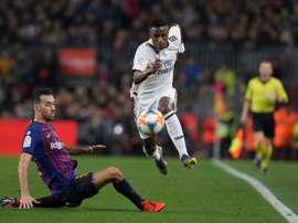 Vinicius não se intimidou em seu primero 'Clásico'. AFP