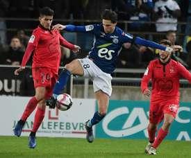 onas Martin (c) devant le défenseur algérien de Nice Youcef Atal. AFP