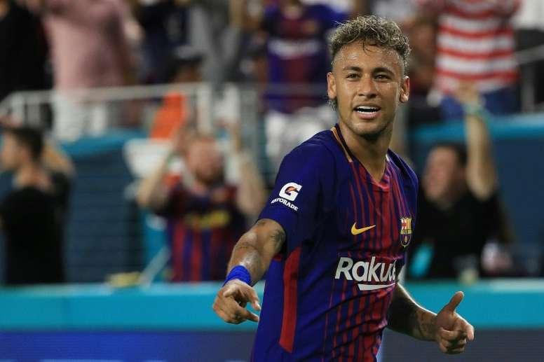 El Barcelona podría ofrecer jugadores para fichar a Neymar. AFP