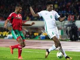 Stephen Eze (d) lors de la finale du Championnat d'Afrique des Nations face au Maroc. AFP