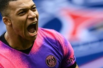 Alves elogia Mbappé. AFP