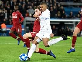 La UEFA responsabiliza al PSG de encendido de bengalas. AFP