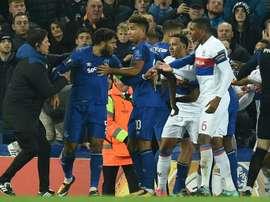 Le capitaine d'Everton Ashley Williams (d) lors des incidents pendant le match contre Lyon. AFP