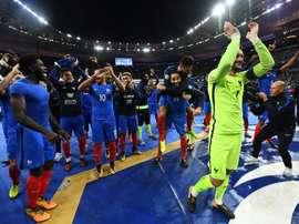 Les Bleus communient avec leurs supporters à lissue de la qualification. AFP