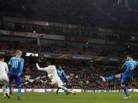 Sead Kolasinac réduit le score pour Arsenal opposé à Östersunds. AFP