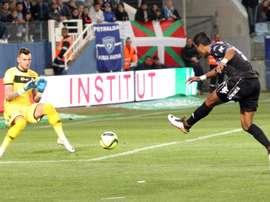 Le Brésilien Brandao, alors à Bastia, tente un tir face au gardien d'Angers Alexandre Letellier. AFP