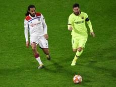 Jason Denayer (g) à la lutte avec l'attaquant vedette du Barça Lionel Messi. AFP