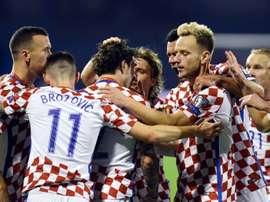 Les Croates se congratulent après lun de leurs quatre buts contre la Grèce, AFP