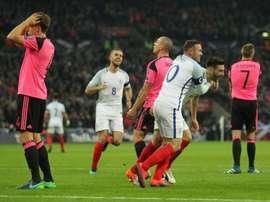 Lallana congratulé par Rooney après avoir inscrit le 2e but de l'Angleterre face à l'Ecosse. AFP