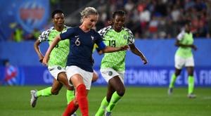 La capitaine des Bleues Amandine Henry lance une attaque face au Nigeria de Ngozi Okobi. AFP