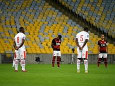 Les joueurs de Flamengo et Bangu observent une minute de silence. AFP