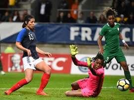 L'attaquante des Bleues Valérie Gauvin bat de près la gardienne du Nigeria Cynthia Nnadozie. AFP