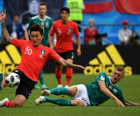 Jang Hyun-soo à la lutte avec le milieu de l'Allemagne Tony Kroos. AFP