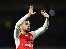 Le milieu d'Arsenal Francis Coquelin salue les supporteurs lors du match face à Crystal Palace. AFP