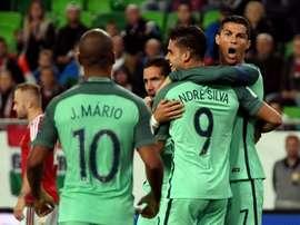 André Silva est congratulé par Cristiano Ronaldo après son but face à La Hongrie. AFP