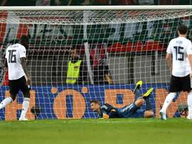 Le gardien allemand Manuel Neuer laisse passer le ballon lors du match amical. AFP