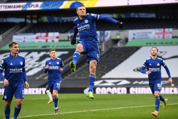 Vardy, Iheanacho y Barnes luchan por ser el máximo goleador del Leicester. AFP