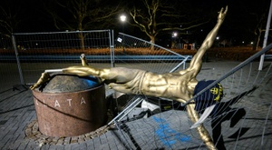Estátua de Zlatan Ibrahimovic é alvo da fúria de torcedores de seu time de origem. AFP