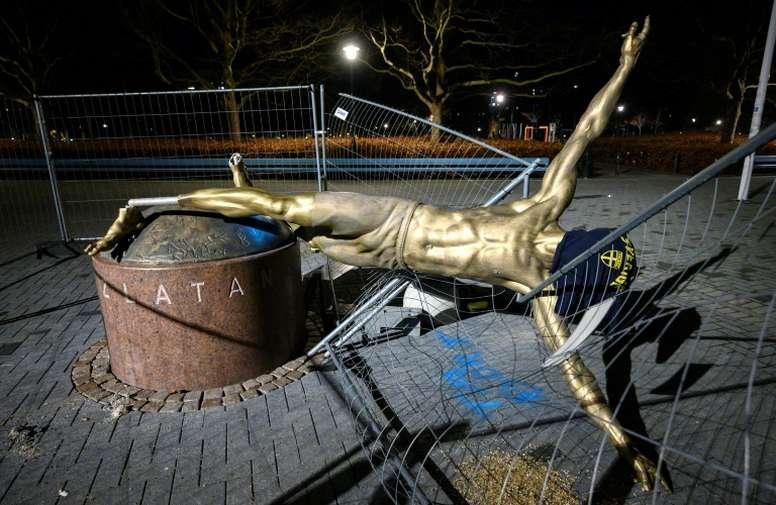 Piden cambiar la estatua de Ibrahimovic. AFP
