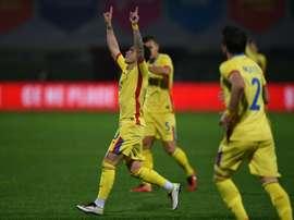 Nicolae Stanciu se lució en su debut con Rumanía marcando un golazo. AFP