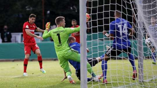 Lucas Alario (g), buteur lors de la demi-finale de la Coupe dAllemagne. AFP