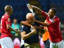 Les joueurs de Madagascar arrosent d'eau leur sélectionneur Nicolas Dupuis. AFP