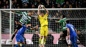Iker Casillas s'impose devant les attaquants du Sporting CP. AFP