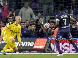 Max-Alain Gradel marque un pénalty lors du match face à Nîmes. AFP