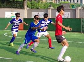 Après les massages, le foot libérateur des aveugles chinois. AFP
