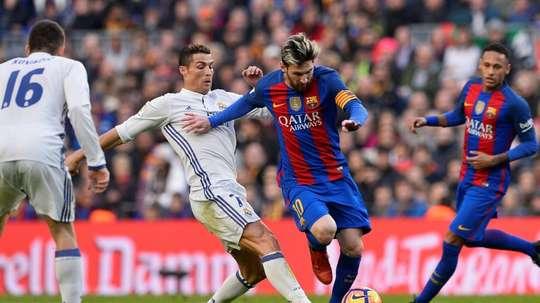 Cristiano Ronaldo face à Leo Messi, le 3 décembre 2016 lors du Clasico Barça-Real au Camp Nou. AFP