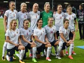 L'équipe norvégienne féminine pose avant le match face au Danemark lors de l'Euro-2017. AFP