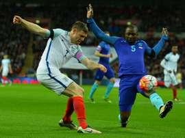 LAnglais James Milner et le Néerlandais Jetro Willems lors du match amical à Wembley, le 29 mars 2016