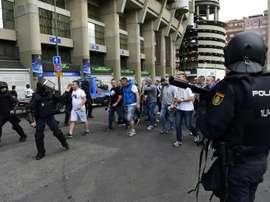 Les supporters du Legia escortés par les forces de l'ordre avant leur entrée à Bernabeu. AFP
