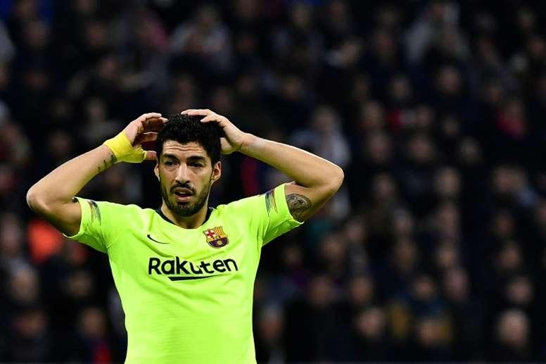 Luis Suárez se aleja de la Juventus. AFP