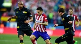 Le milieu de terrain de l'Atletico Madrid Angel Correa cerné par la défense de Séville FC. AFP