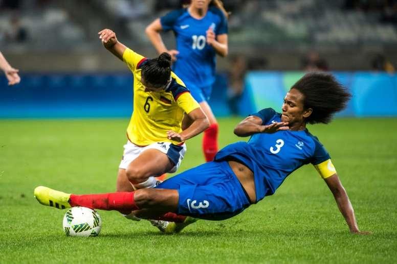 Liana Salazar et Wendie Renard lors du match France/Colombie le 3 août 2016 à Belo Horizonte. AFP