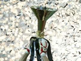 Le trophée de la Coupe dItalie brandi par le gardien et capitaine de la Juventus Gianluigi Buffon, le 23 mai 2015 à Turin