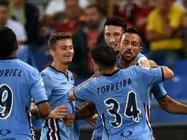 Lattaquant de la Sampdoria Fabio Quagliarella (g) félicité après un but contre la Roma, le 11 septembre 2016 au Stade Olympique