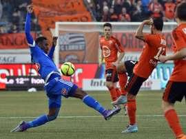 Le défenseur de Marseille Nicolas Nkoulou face aux joueurs de Lorient au Moustoir. AFP