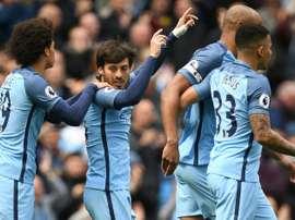 Le milieu David Silva congratulé après avoir ouvert le score pour Manchester City. AFP