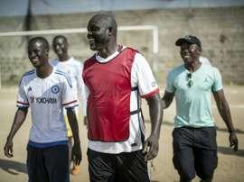 George Weah joue au foot avec des amis à Paynesville (banlieue de Monrovia), le 30 avril 2016. AFP